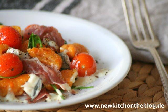 Süßkartoffel-Gnocchi mit Gorgonzolasauce, Parmaschinken und Rucola